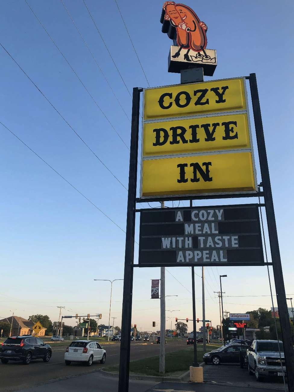 Die Leuchtreklame des Cozy Dog in Springfield, Illinois, an der Route 66 ist eine Ikone
