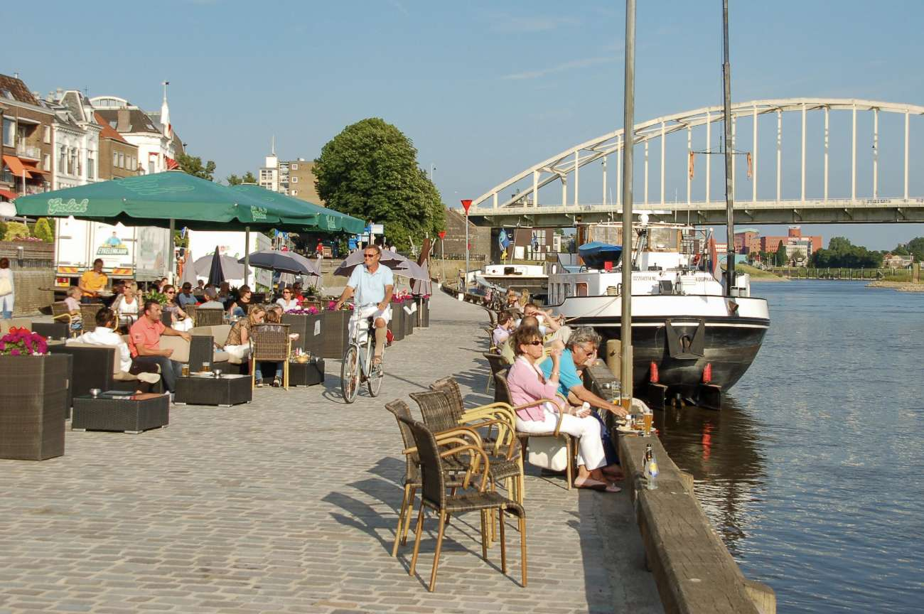 Das Ijsselufer in Deventer mit Außengastronomie