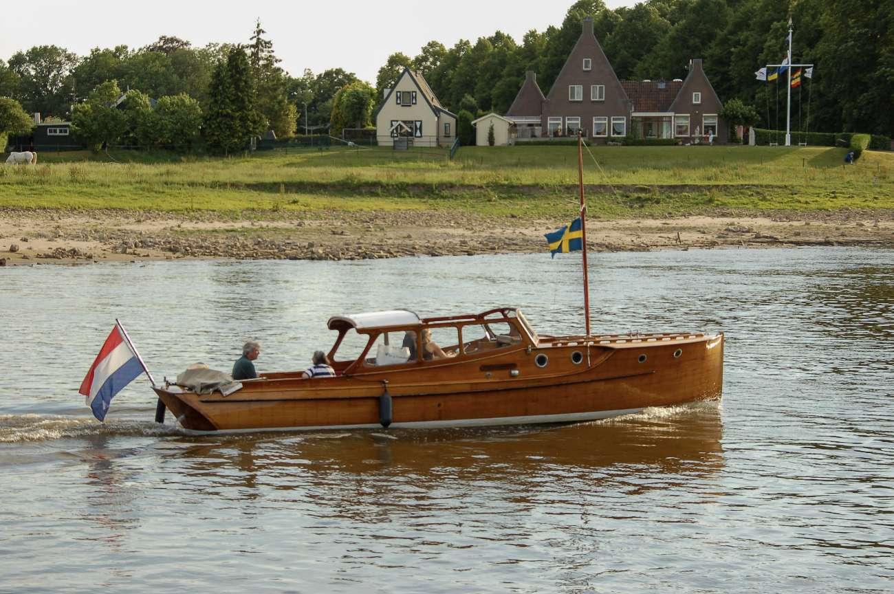 Ein Relikt aus Hansezeiten: Boot auf der Ijssel bei Deventer mit schwedischer Flagge