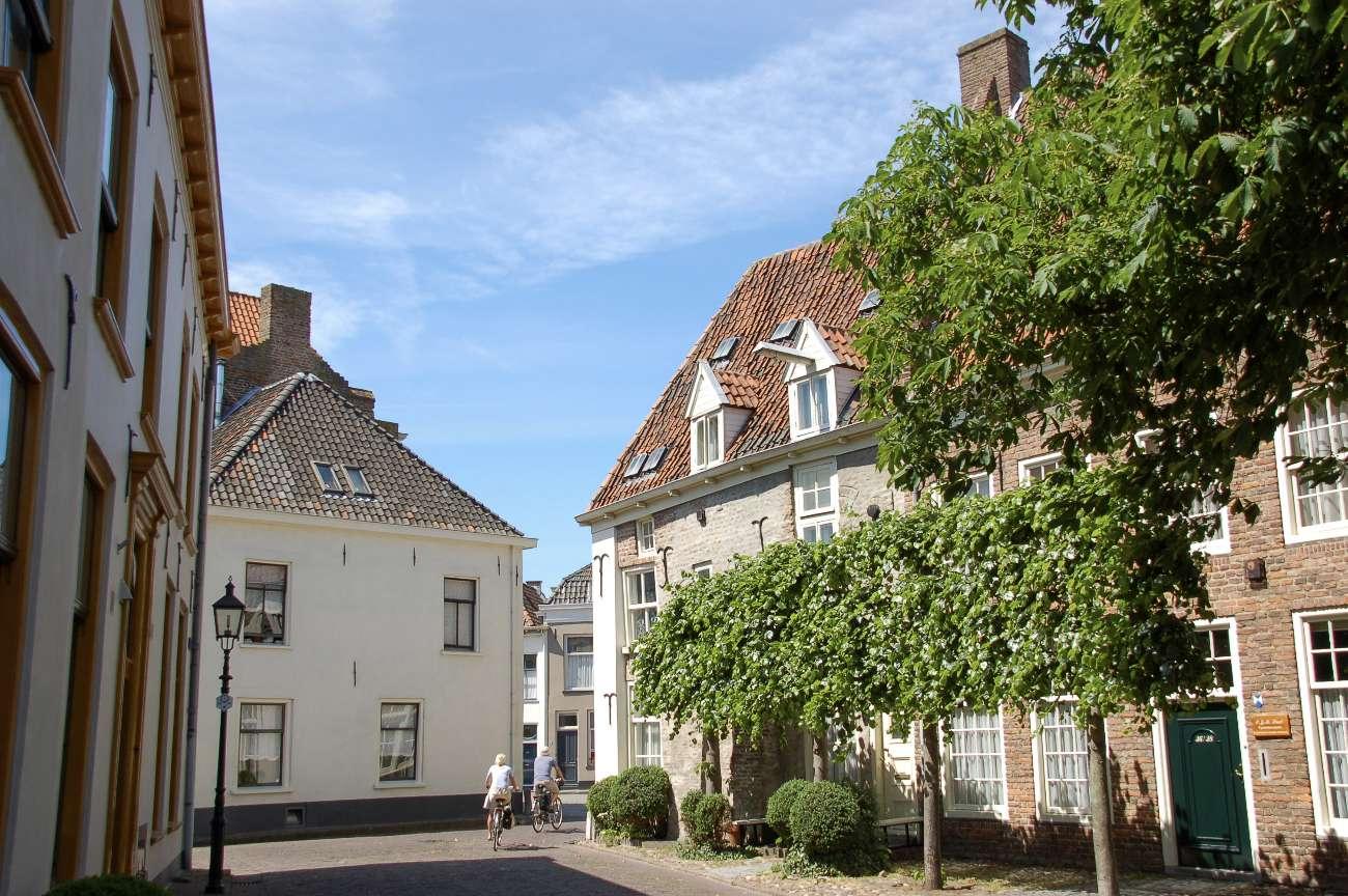 Stadtbild von Doesburg an der Ijssel mit Fahrradfahrern