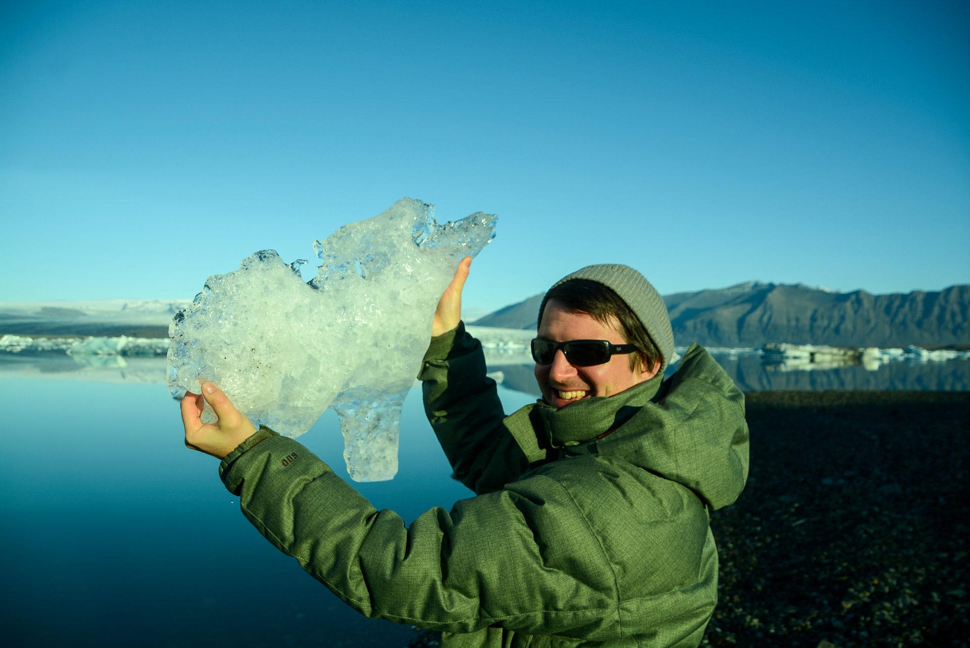 Fundstück vor der spiegelglatten Oberfläche des Jökulsárlón in Island
