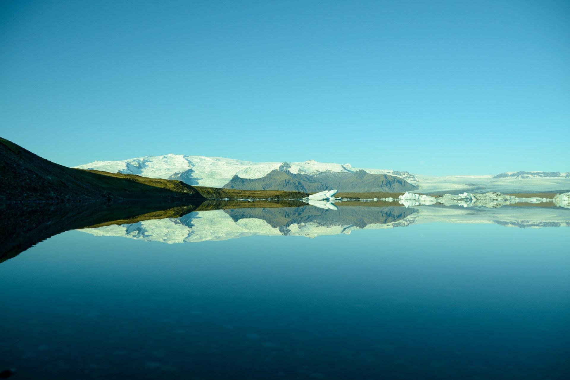 Berge in der spiegelglatten Oberfläche des Jökulsárlón an der Ringstraße in Island