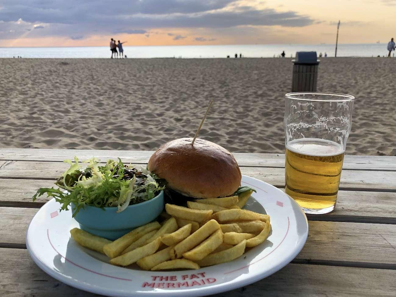 Burger mit Bier im Strandpavillon Fat Mermaid in Scheveningen