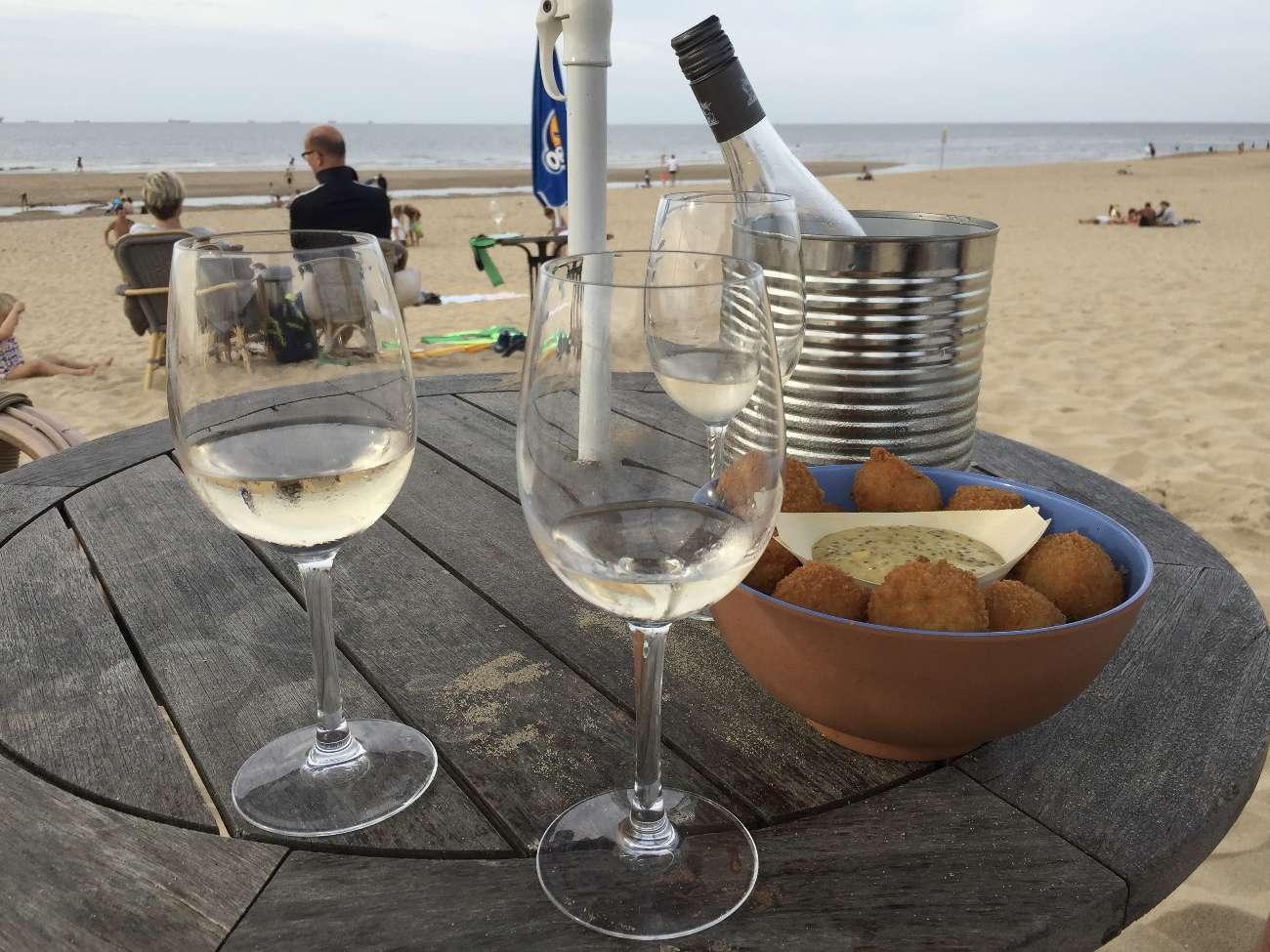 Bitterballen mit Weinkühler im Strandpavillon Het Puntje in Scheveningen bei De Haag