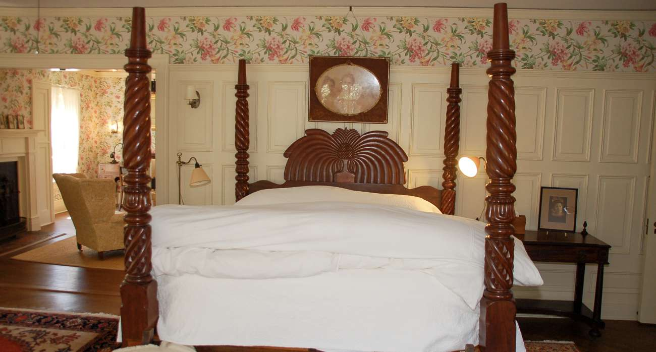 Ein Schlafzimmer im ehrwürdigen Greyfield Inn ist kurz gesagt wunderschön mit alen Möbeln eingerichtet