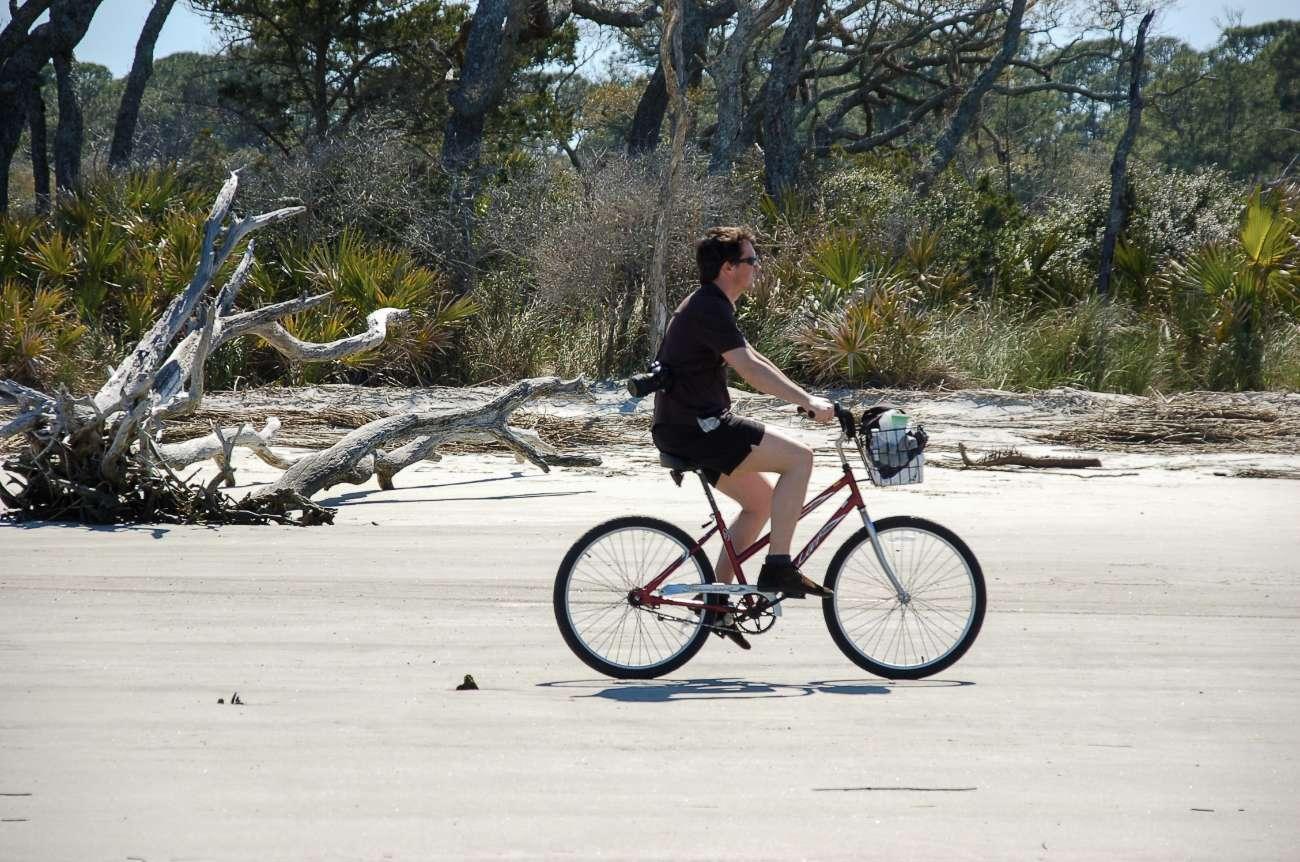 Ein Radler auf dem Driftwood Beach in Georgia