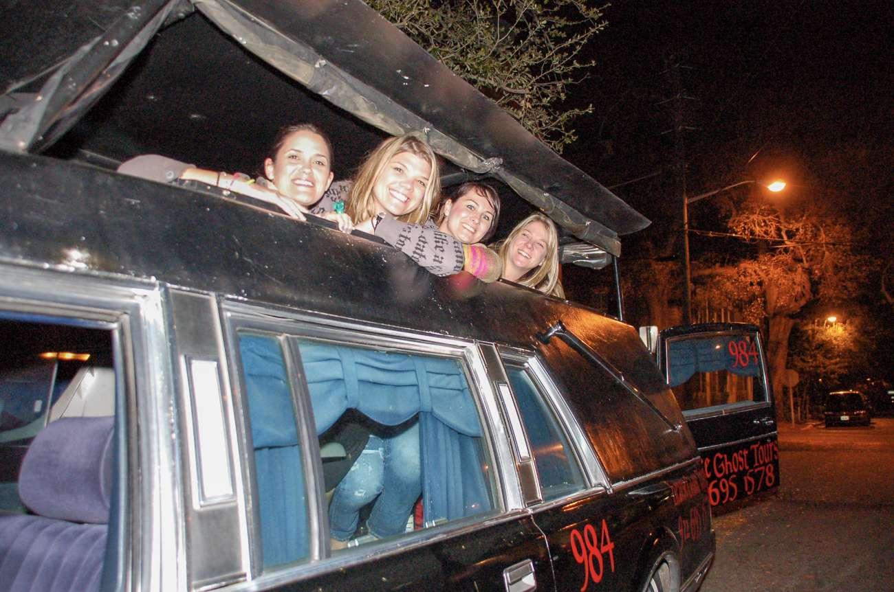 Eine Tour im Leichenwagen durch Savannah mit vier jungen Frauen