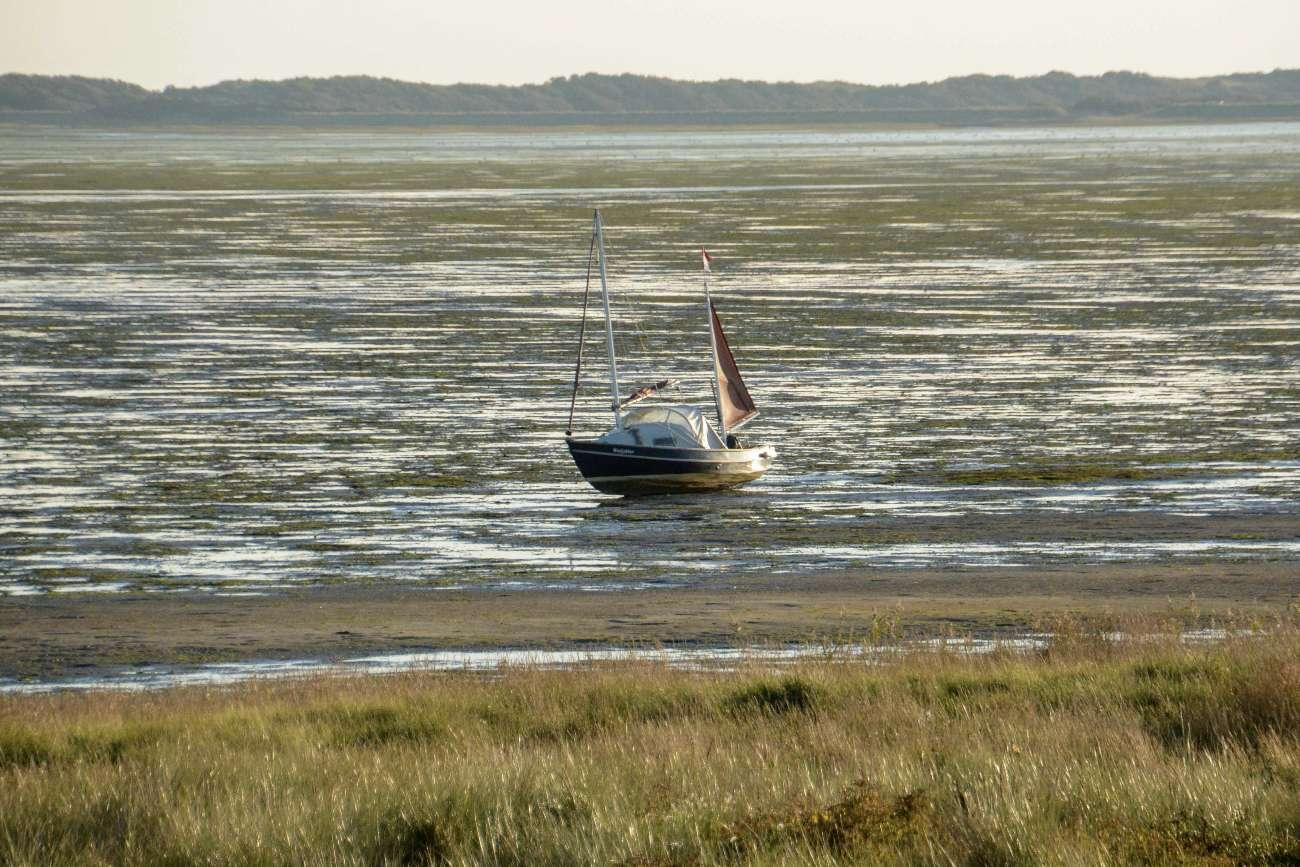 Ein Boot, das kürzlich im niederländischen Wattenmeer trocken gelaufen ist