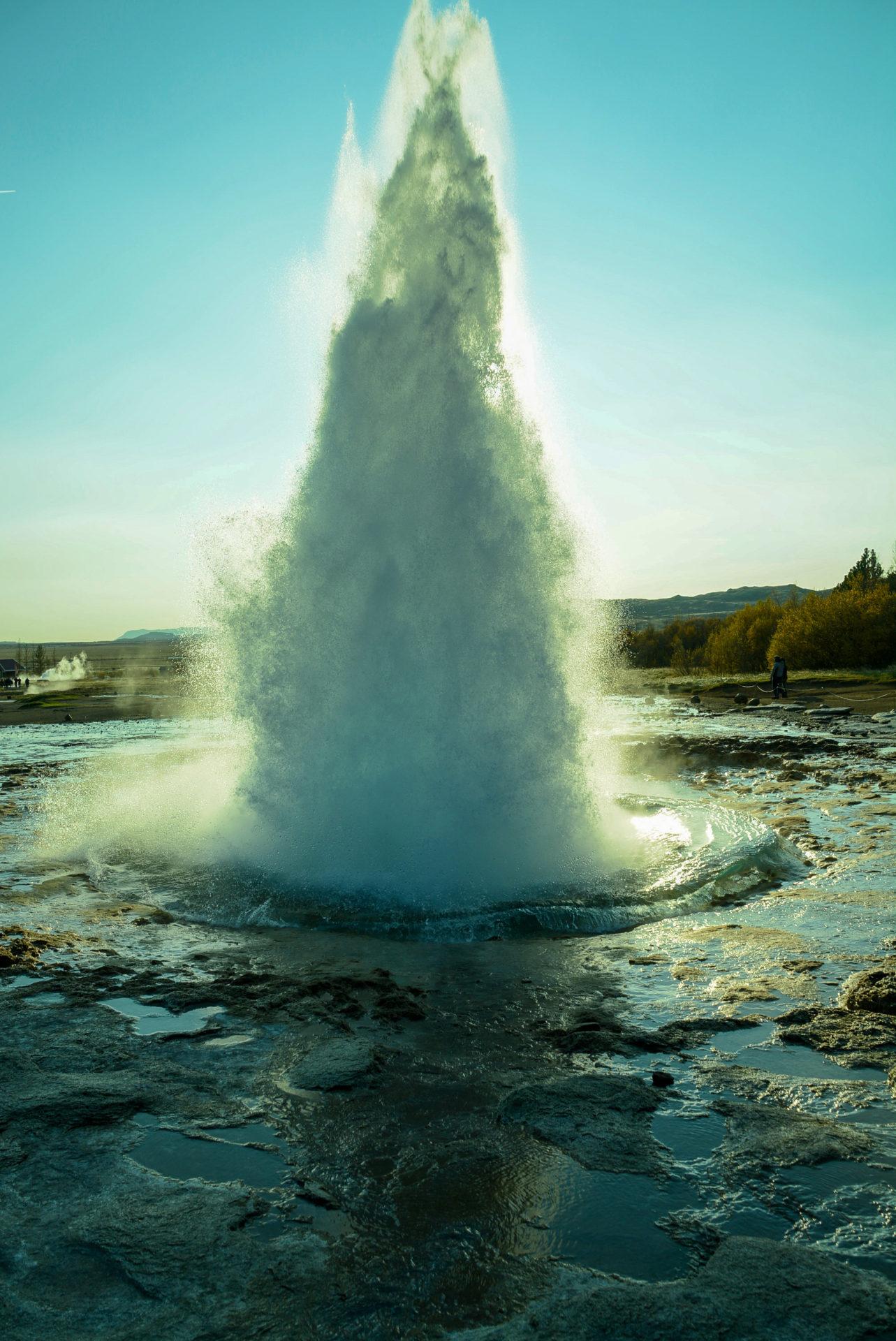 Der Geysir Stokkur im Goldenen Dreieck von Island während einer Eruption