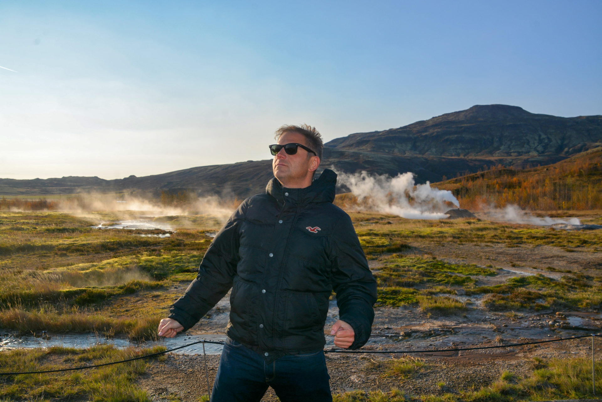 Autor Ralf vor dem Geysir im Folgenen Dreieck von Island