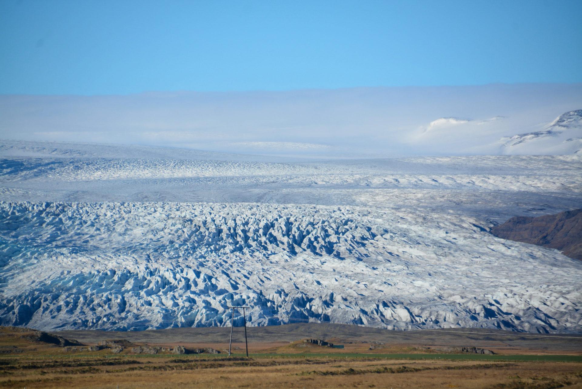 Der Gletscher Vatnajökull mit Wolken und Wiesen