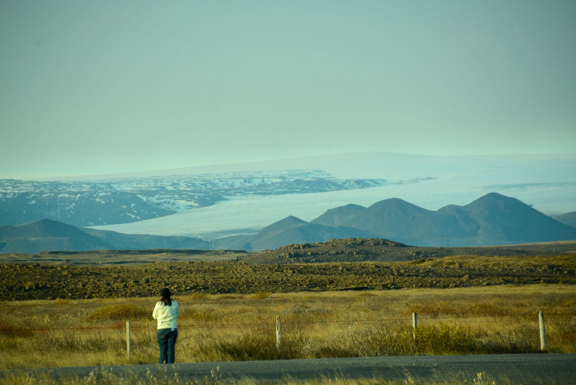 Frau blickt auf einen Gletscher bei Gullfoll im Goldenen Dreieck von Island