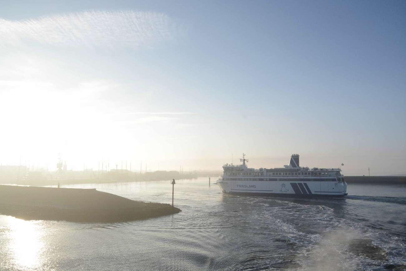 Die Fähre nach Vlieland im Hafen von Harlingen in Friesland