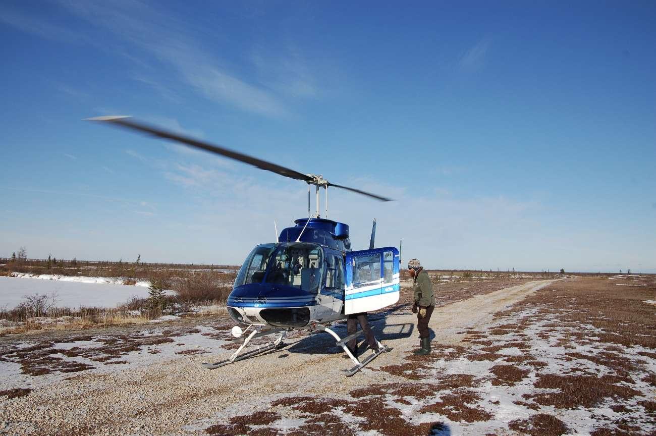 Ein Helikopter bringt Passagiere zur Lodge an der Hudson Bay