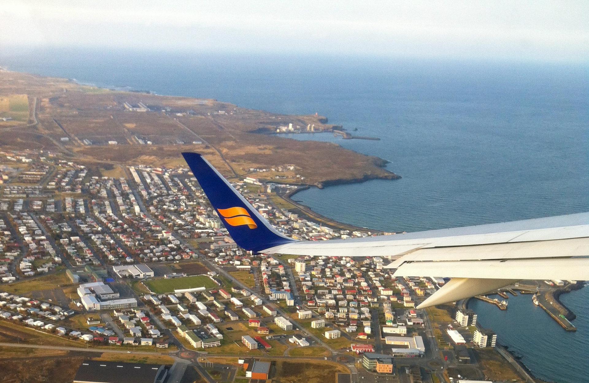Ein Flugzeug von Iceland Air verlässt den Flughafen Keflavik in Island