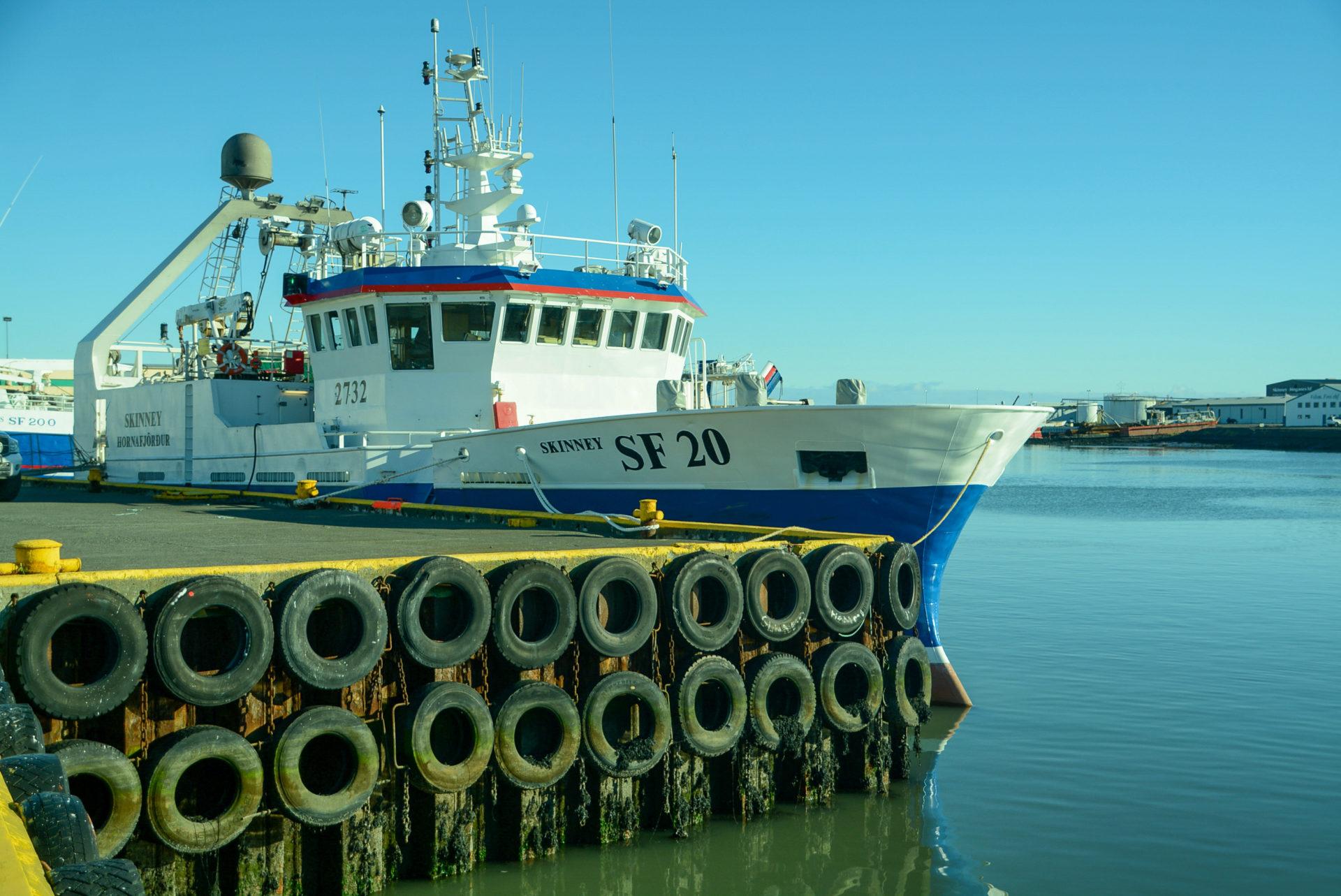 Fischerboot im Hafen von Höfn im Südosten Islands