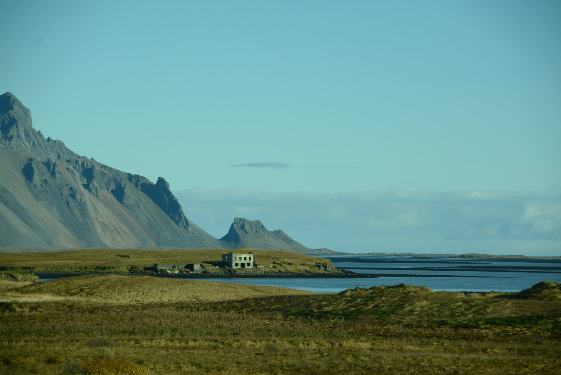 Ruine eines Hauses an einer Bucht bei dem Dorf Höfn an der Ringstraße in Island