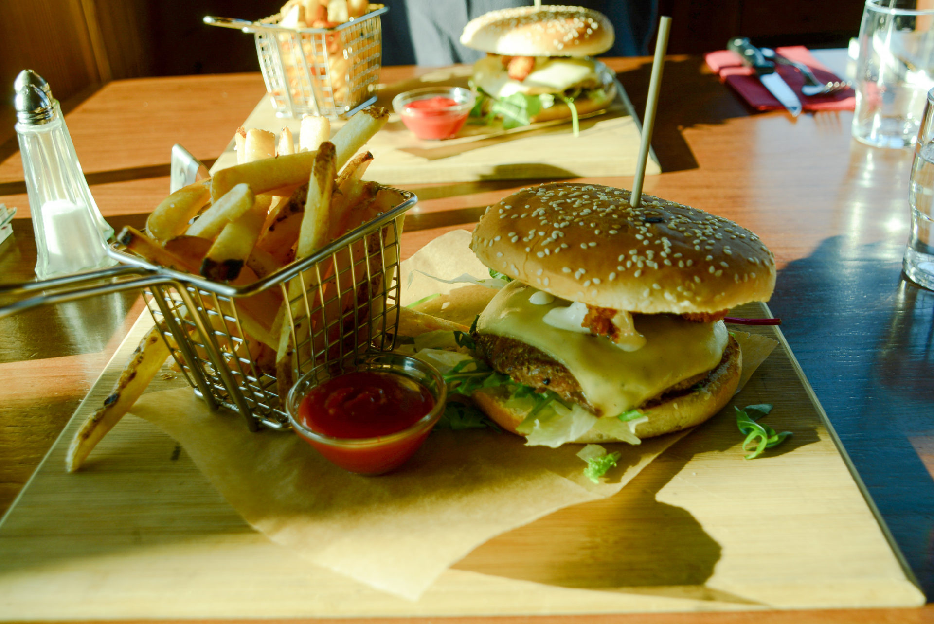 Lohn nach der Arbeit: Burger mit Fritten in Höfn im Südosten Islands