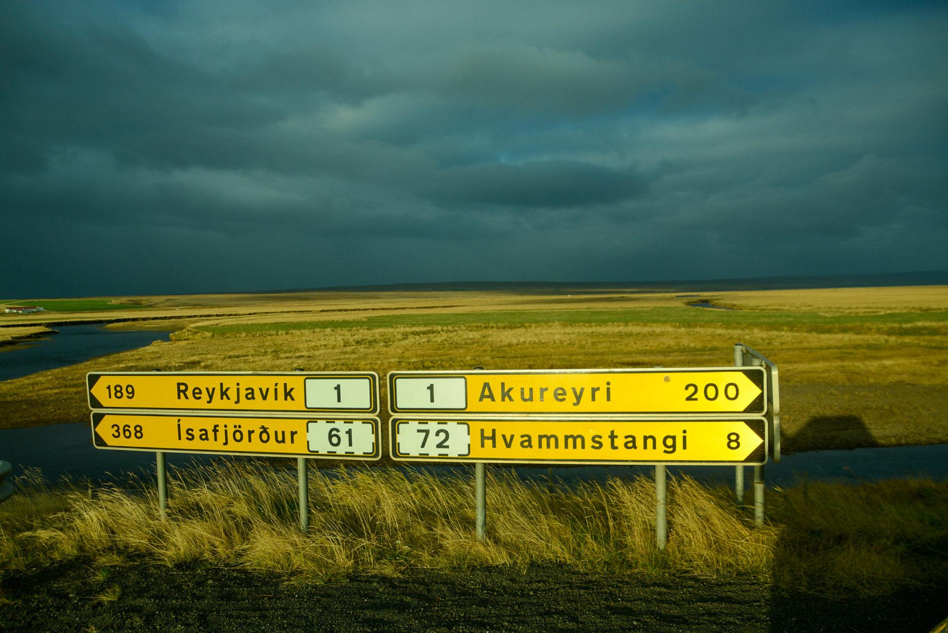 Straßenschild nach Reykjavik und Akureyri an der 1700 km langen isländischen Ringstrasse