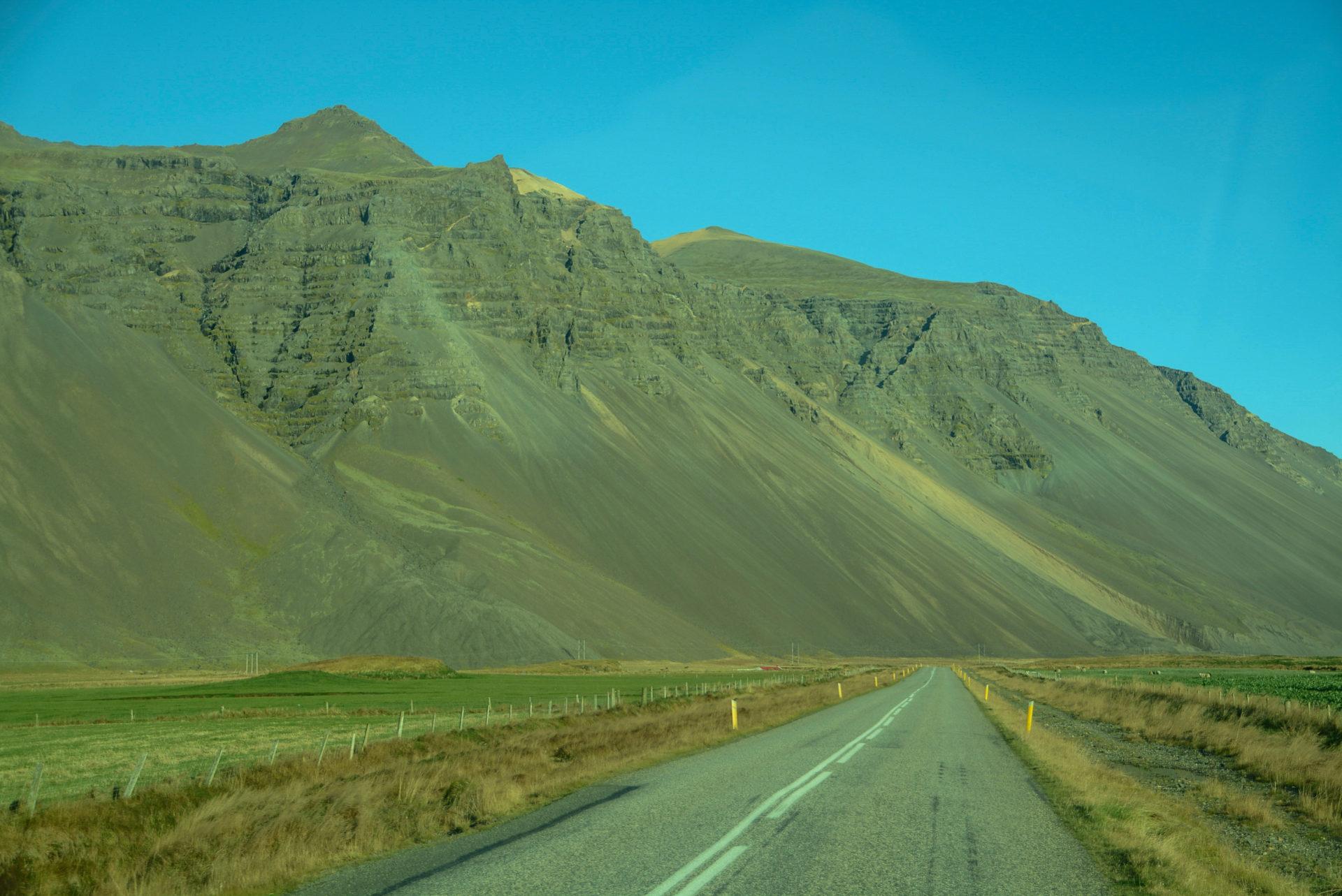 Einsamkeit mit Bergen im Osten von Island