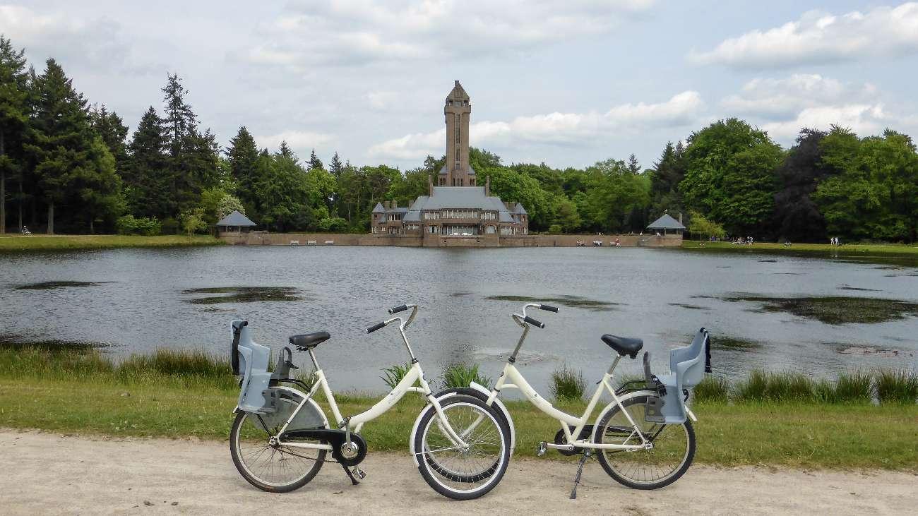 Zwei kostenlose Leihfahrräder vor dem Jagdschloss Sint Hunertus im Nationalpark Hoge Veluwe