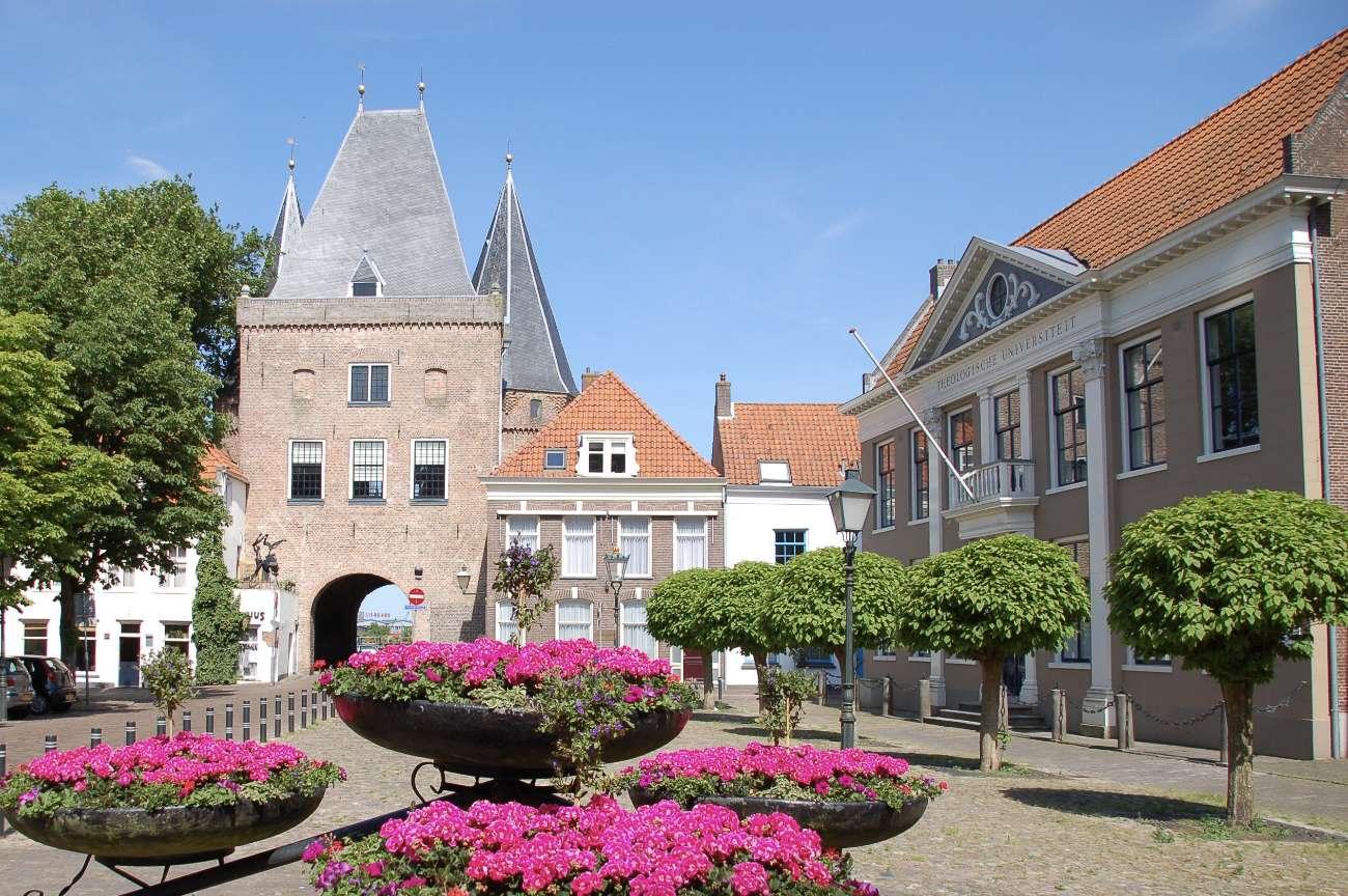 Das Stadttor der niederländischen Hansestadt Kampen an der Ijssel