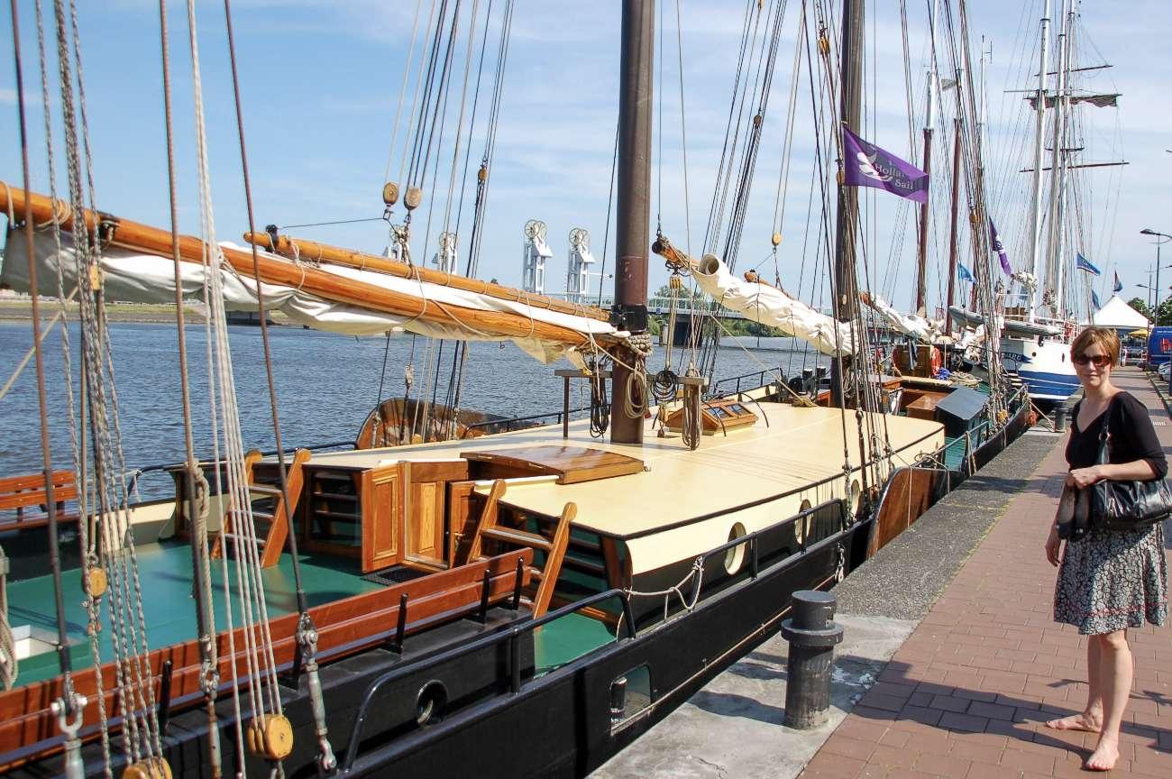 Die Uferpromenade von Kampen an der Ijssel in den Niederlanden