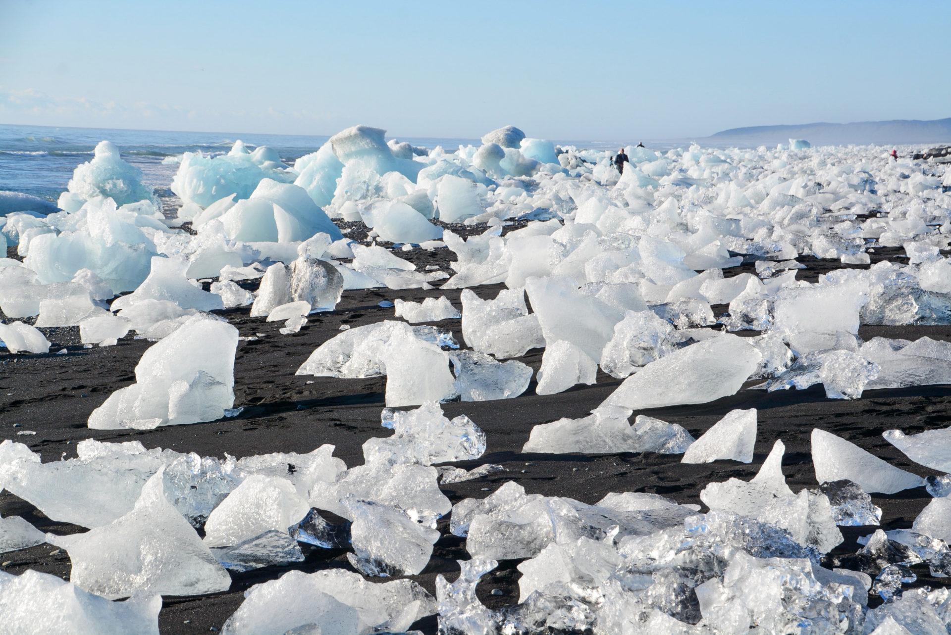Eisberge auf dem Lavastrand von Jökulsárlón im Süden von Island