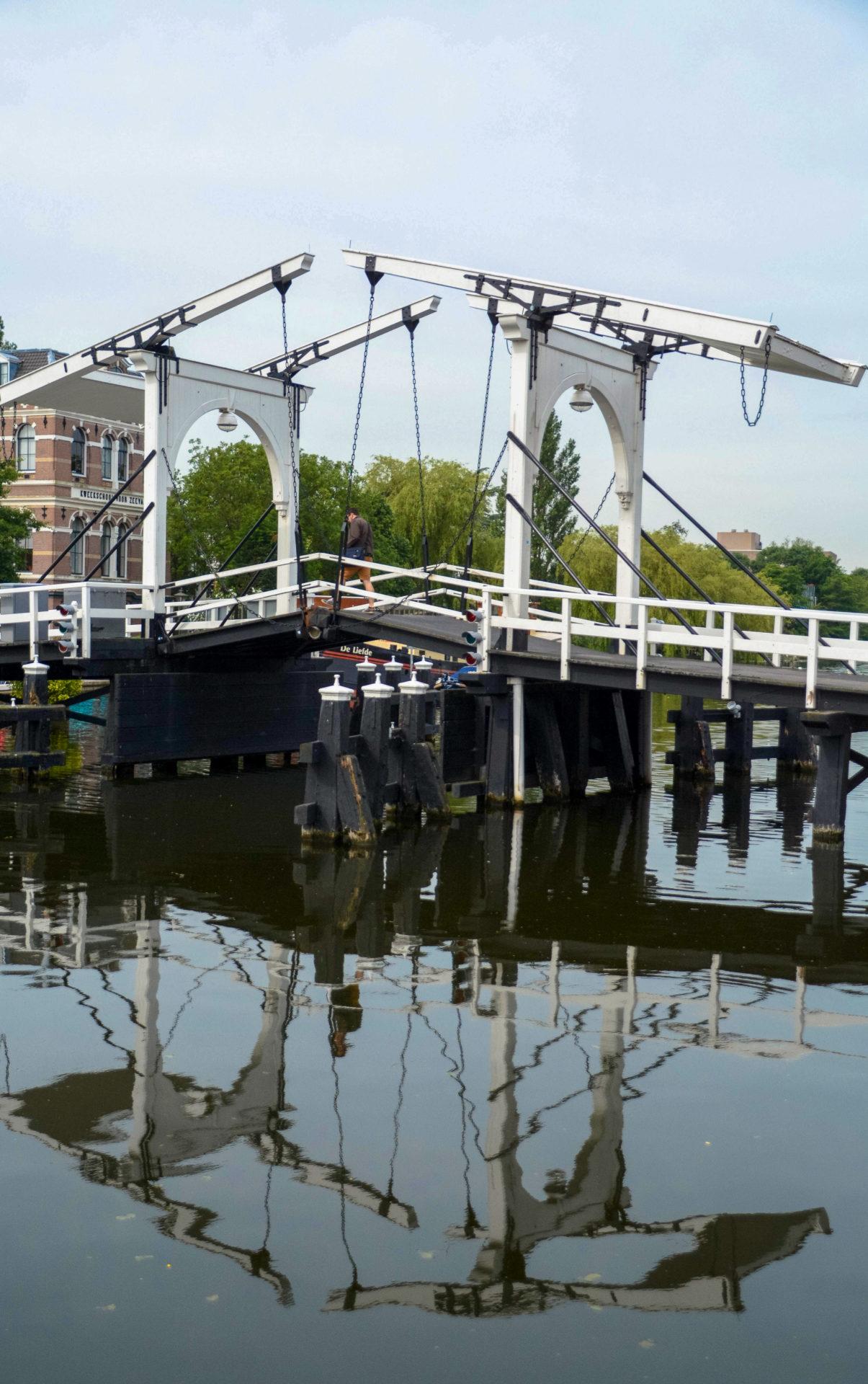 Die weiße Zugbrücke über den Alten Rhein in Leiden