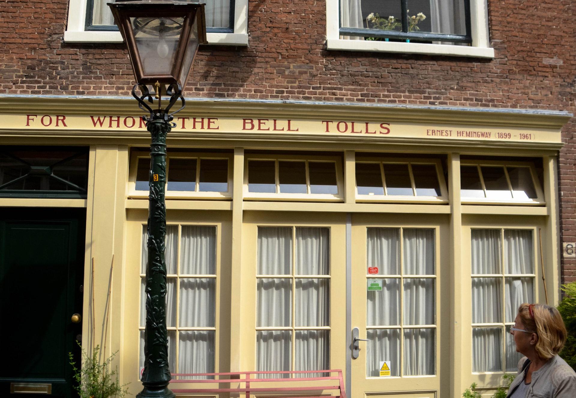 Wem die Stunde schlägt: Buchtitel von Ernest Hemingway an einer Hausfassade in Leiden