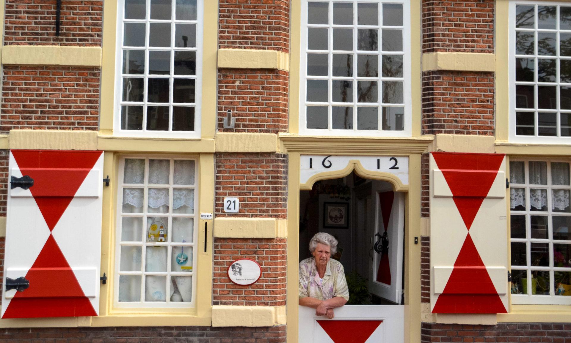 Eine alte Frau in einem Wohnhaus aus dem Jahr 1612 in Leiden, der Geburtsstadt von Rembrandt