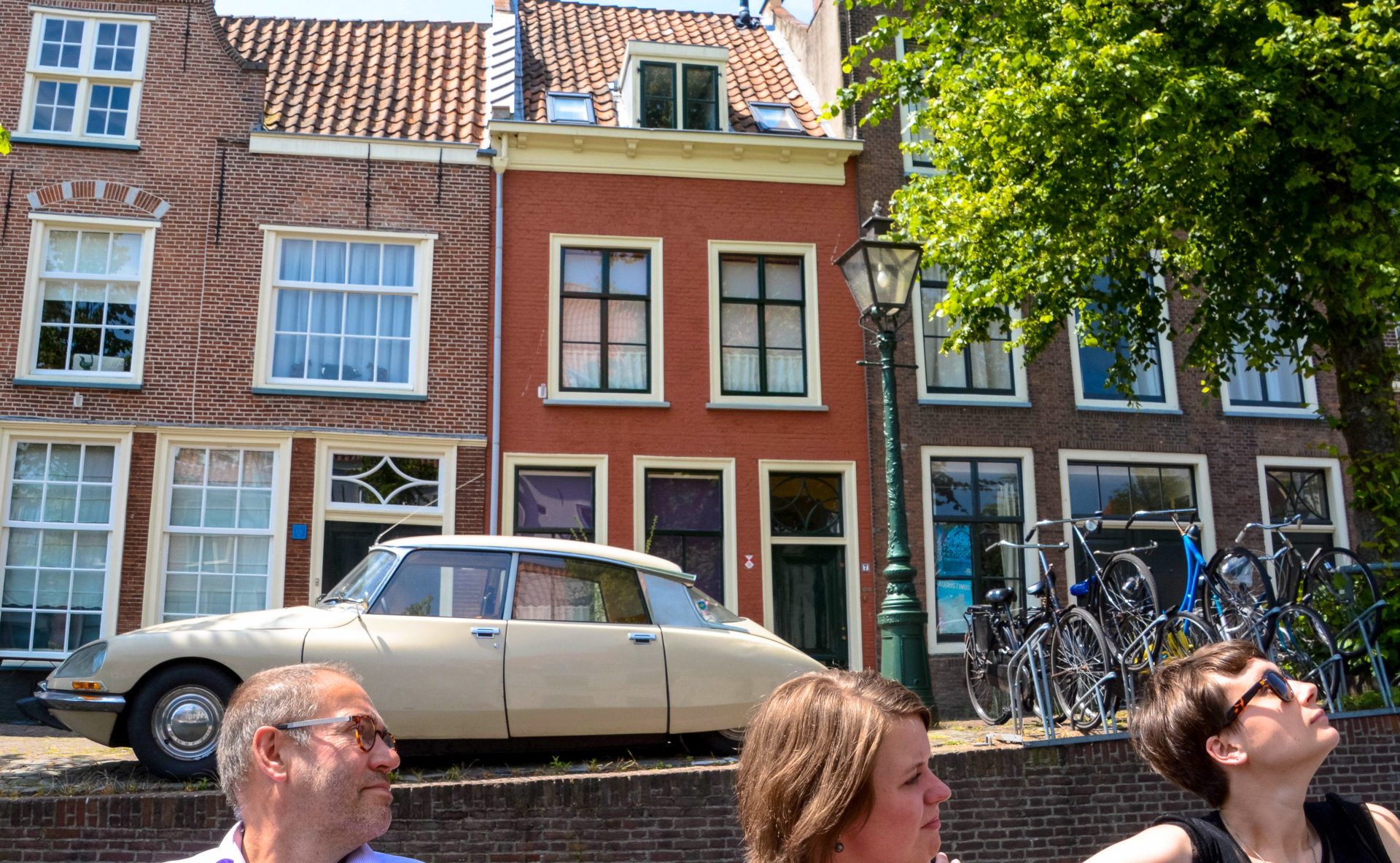 Alte Grachtenhäuser in Leiden mit einem Citroen DS, auch Deësse genannt