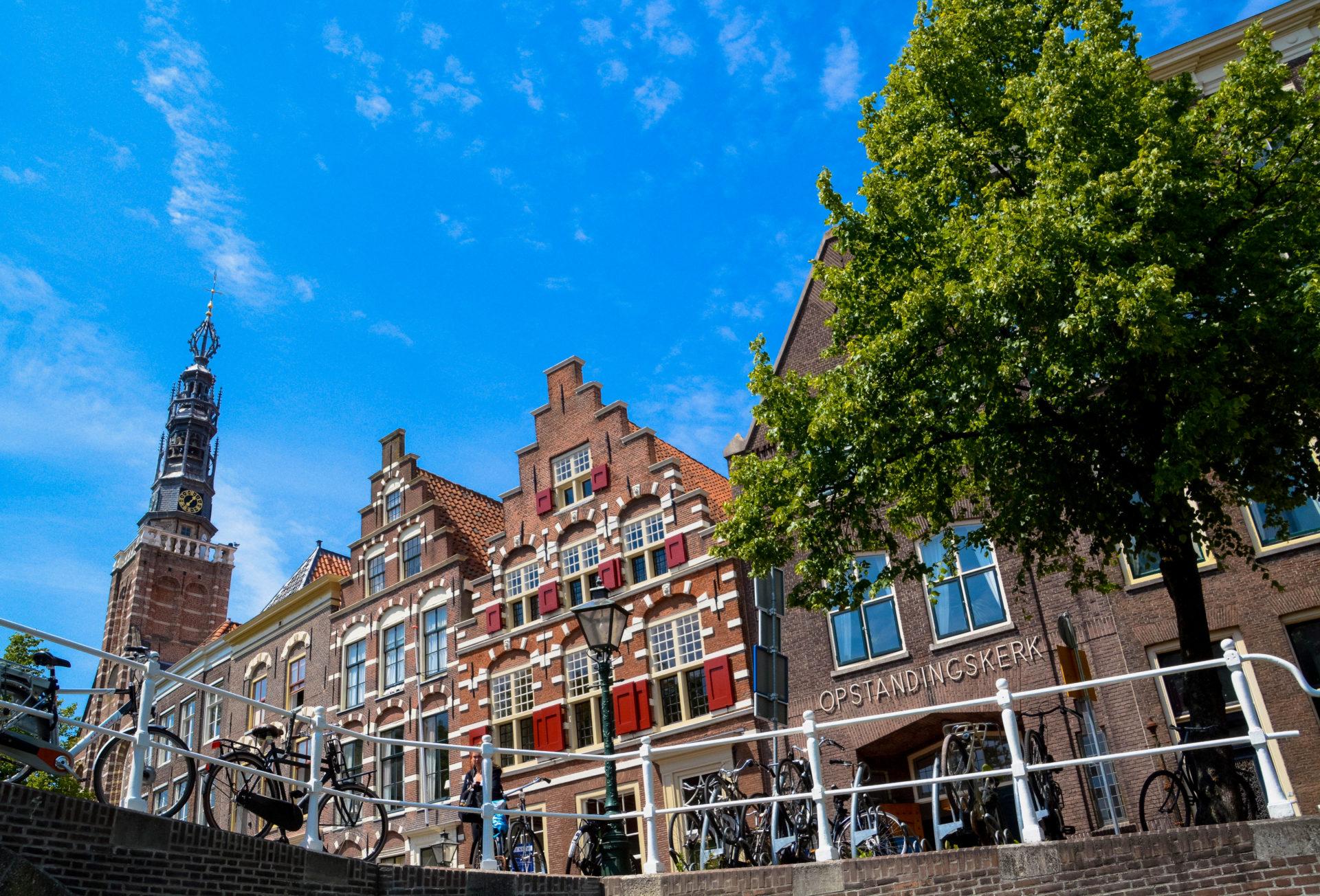 Eine Grachtenrundfahrt in Leiden gehört zu den Top-Attraktionen von Leiden, weil der Blick auf alter Häuser und Kirchen fällt