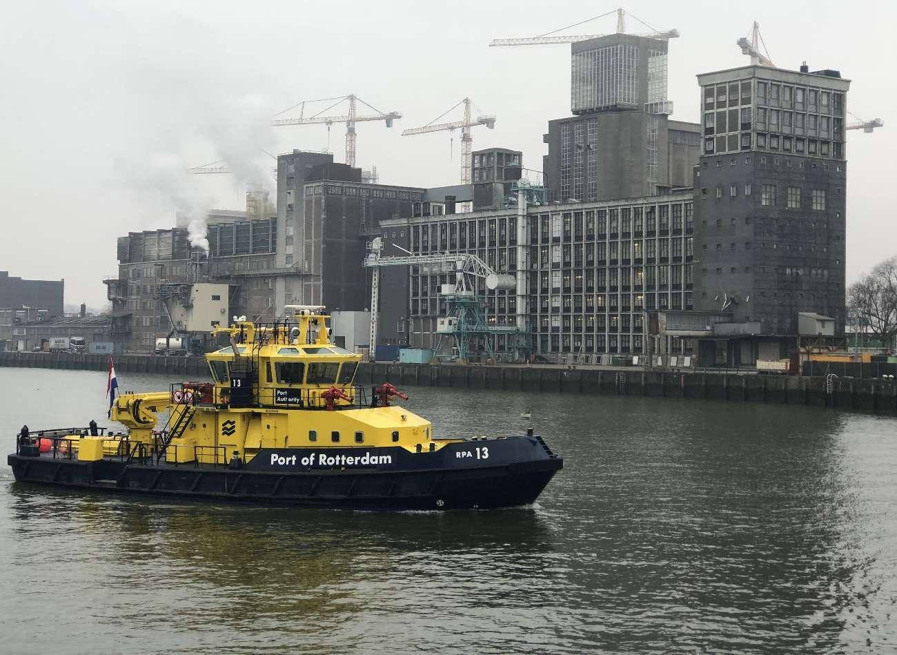 Ein Schiff vor dem Maassilo in Rotterdam. Die zweitgrößte Stadt der Niederlande ist für wilde Partynächte berühmt.