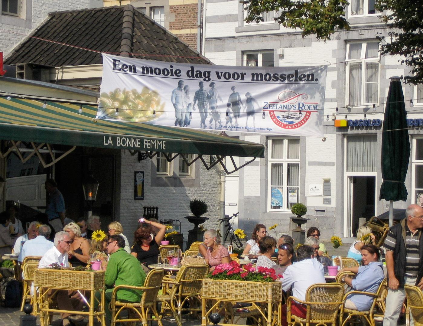 Außengastronomie in Maastricht mit Werbung für Muscheln