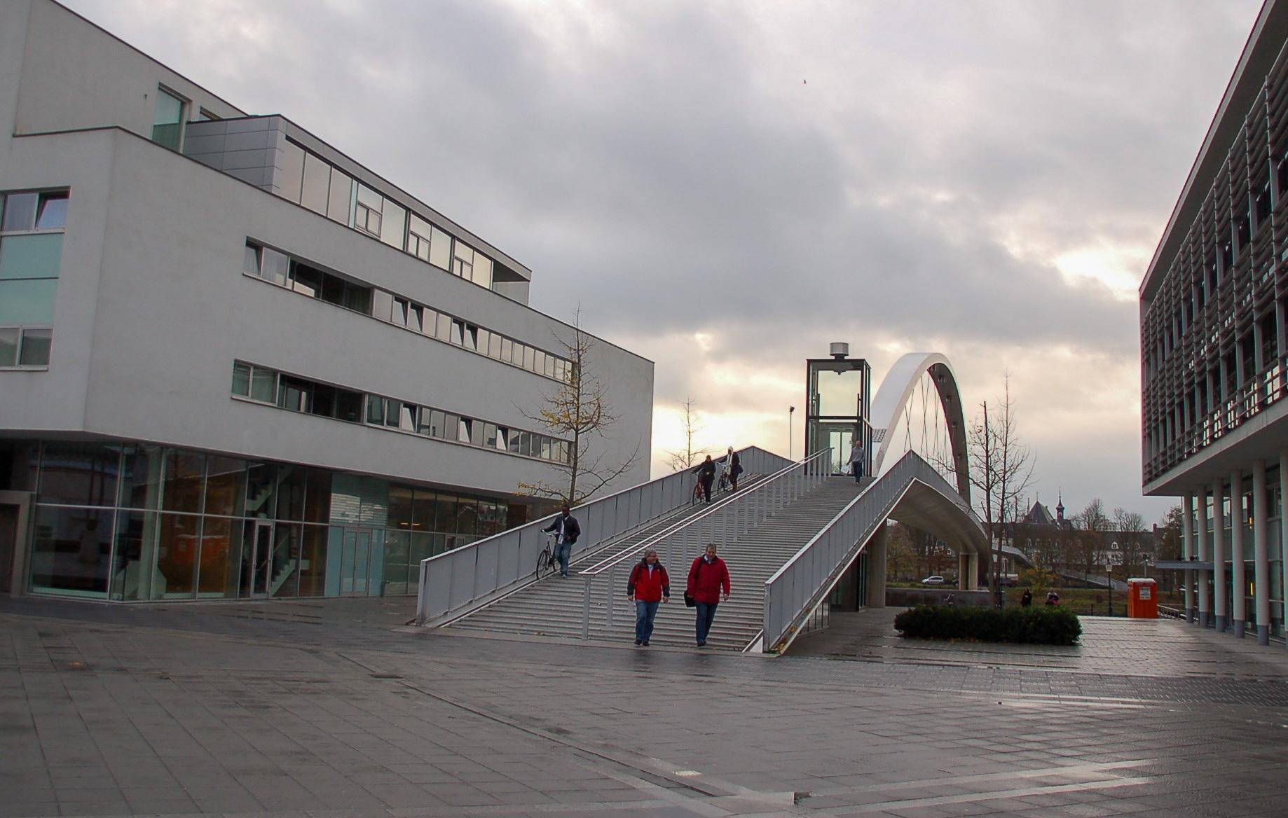 Das Viertel Ceramique in Maastricht mit Theater und Fußgängerbrücke