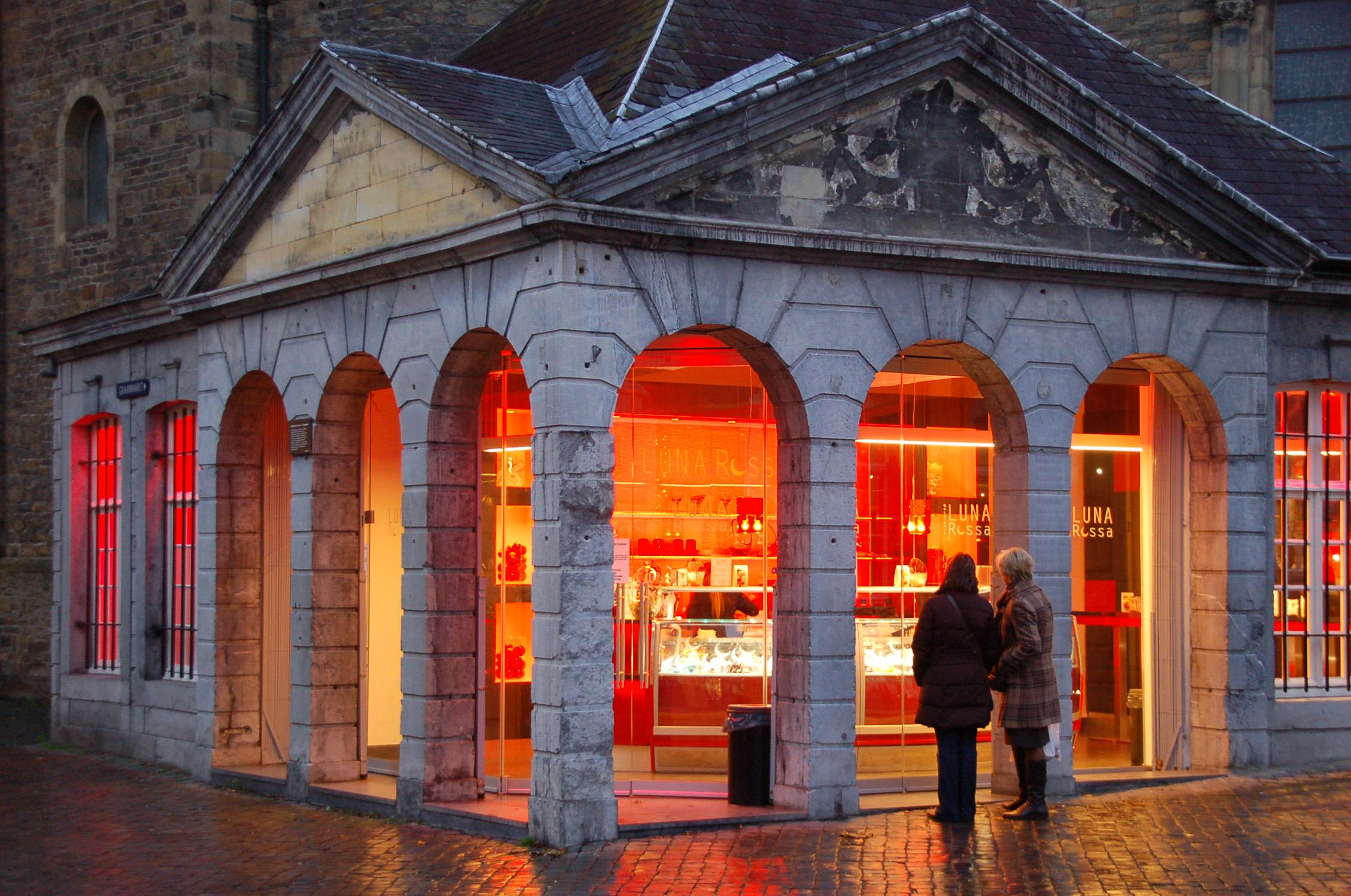 Einkauffstraße in Maastricht im Abendlicht, die Geschäfte sind auch sonntags geöffnet