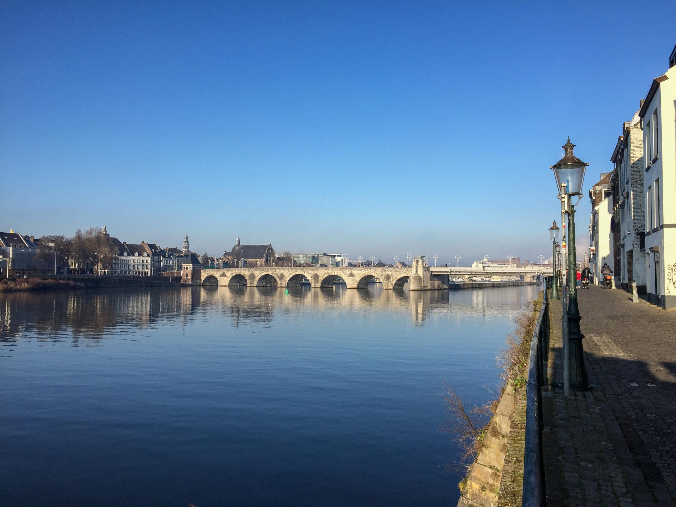 Dads Maasufer in Maastricht mit Altstadt und viel Wasser