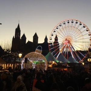 Der Vrijthof in Maastricht im Abendlicht mit Kathedrale und Riesenrad