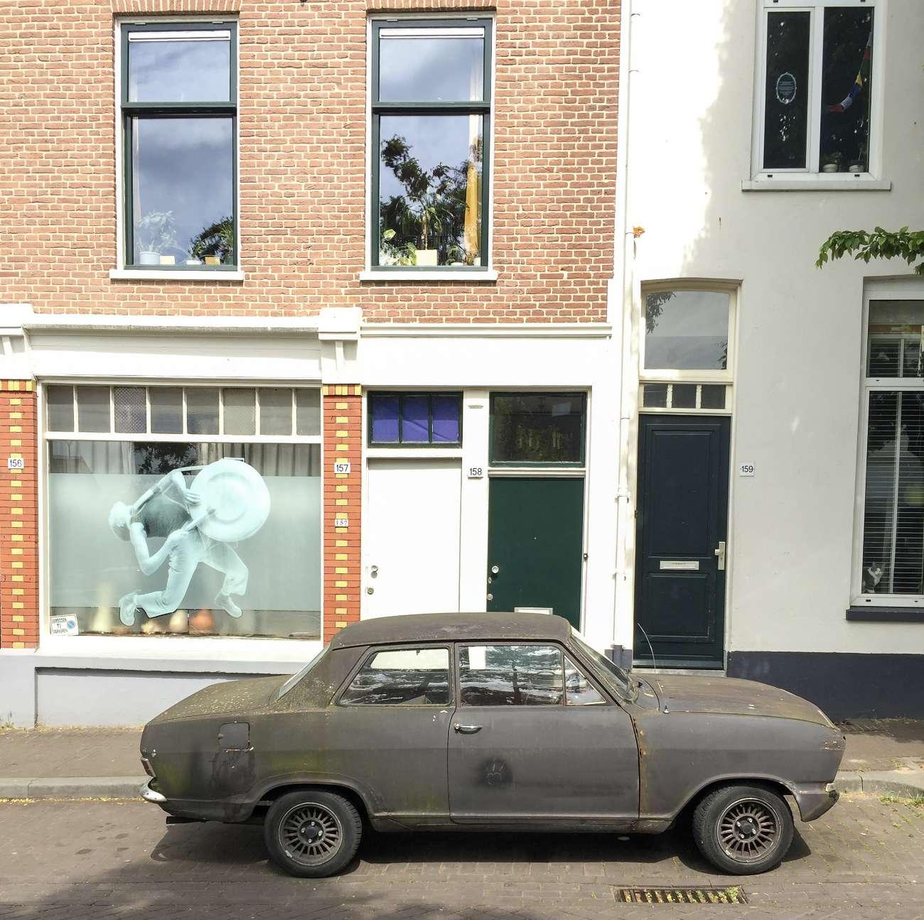 Ein rostiger Opel kadett im Modekwartier von Arnhem