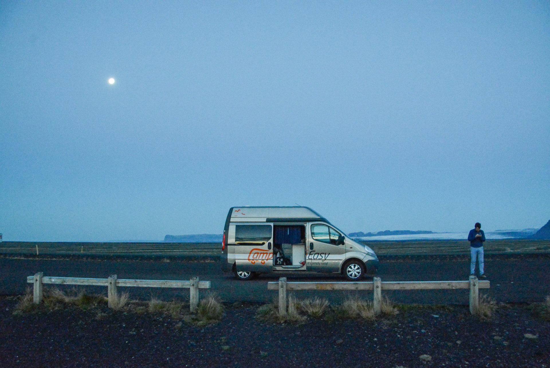 Campervan von Campeasy unter Vollmond in Islands Süden mit einsamem Mann