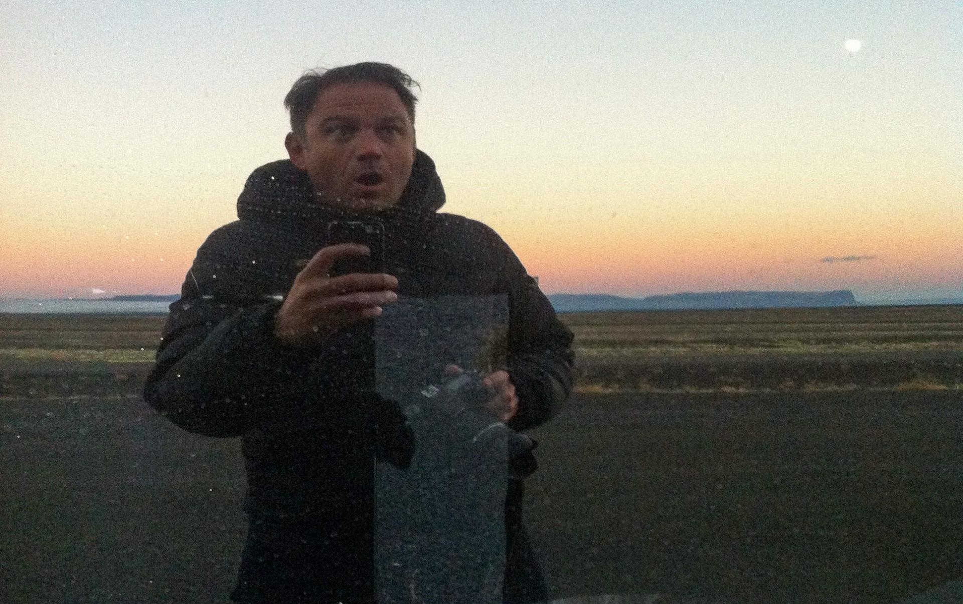 Autor macht ein Selfie in der Einöde Islands mit Vollmond