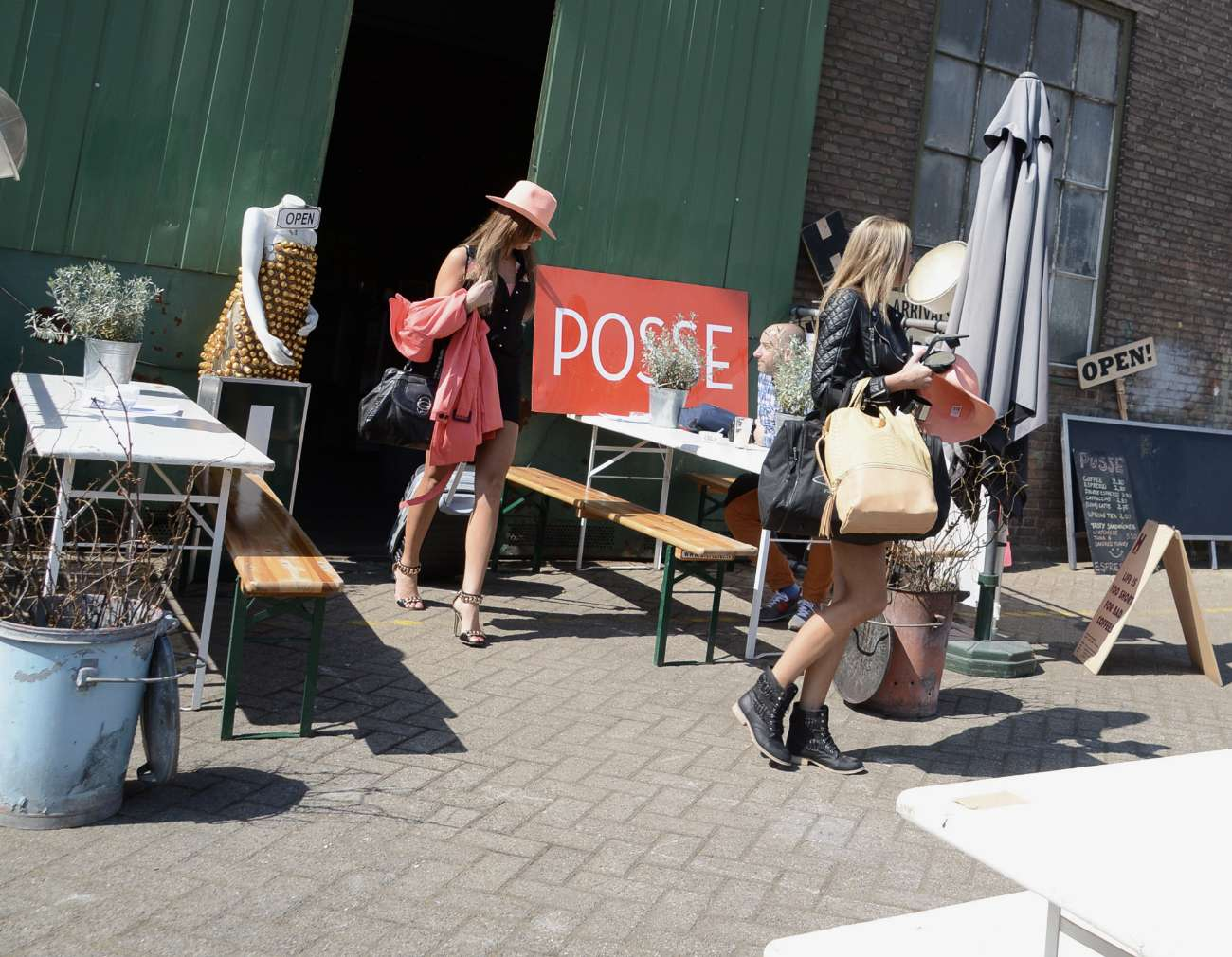 Models in der Posse Espresso Bar in Rotterdam