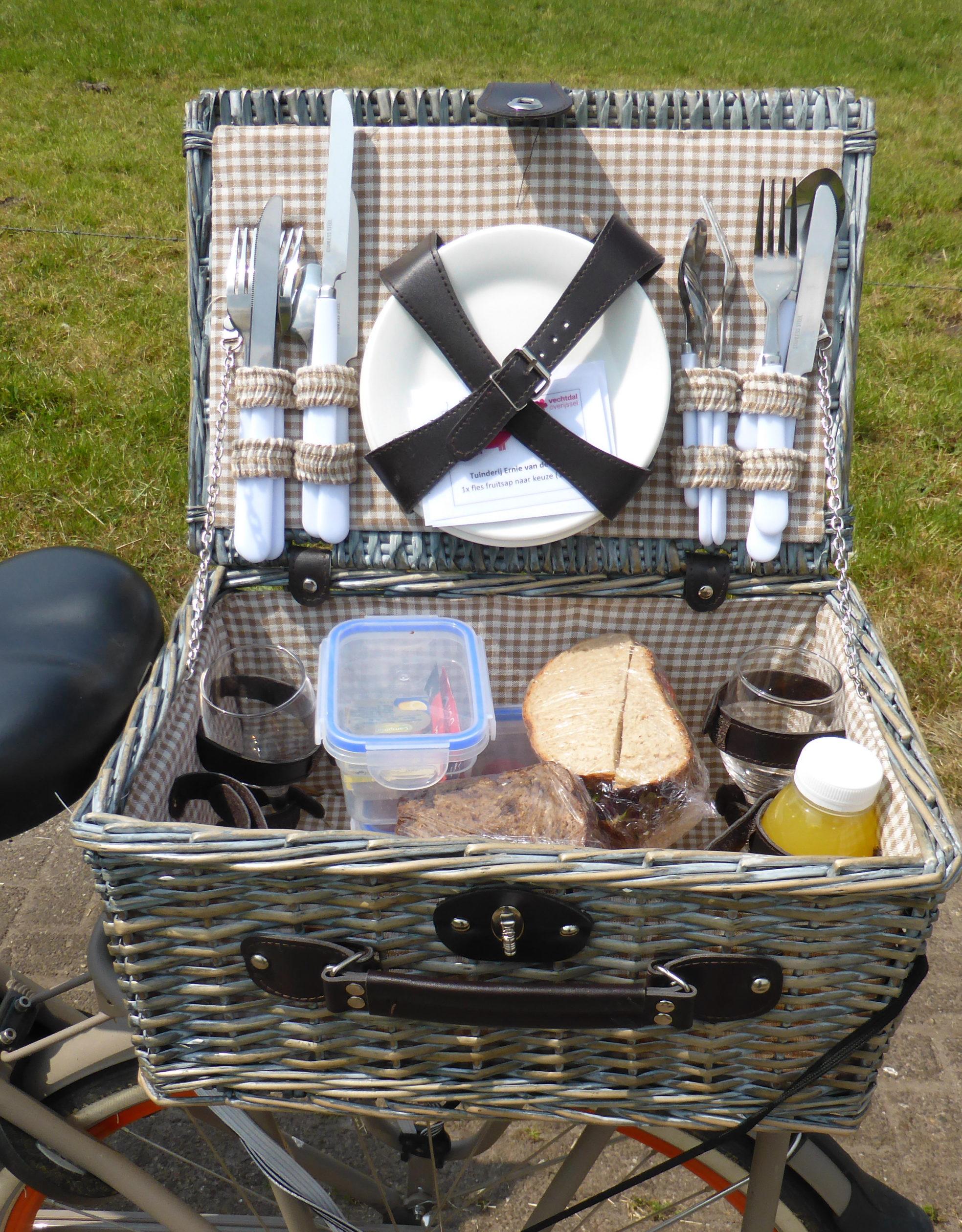 Prall gefüllter Picknickkorb auf dem Weg in die holländische Sahara