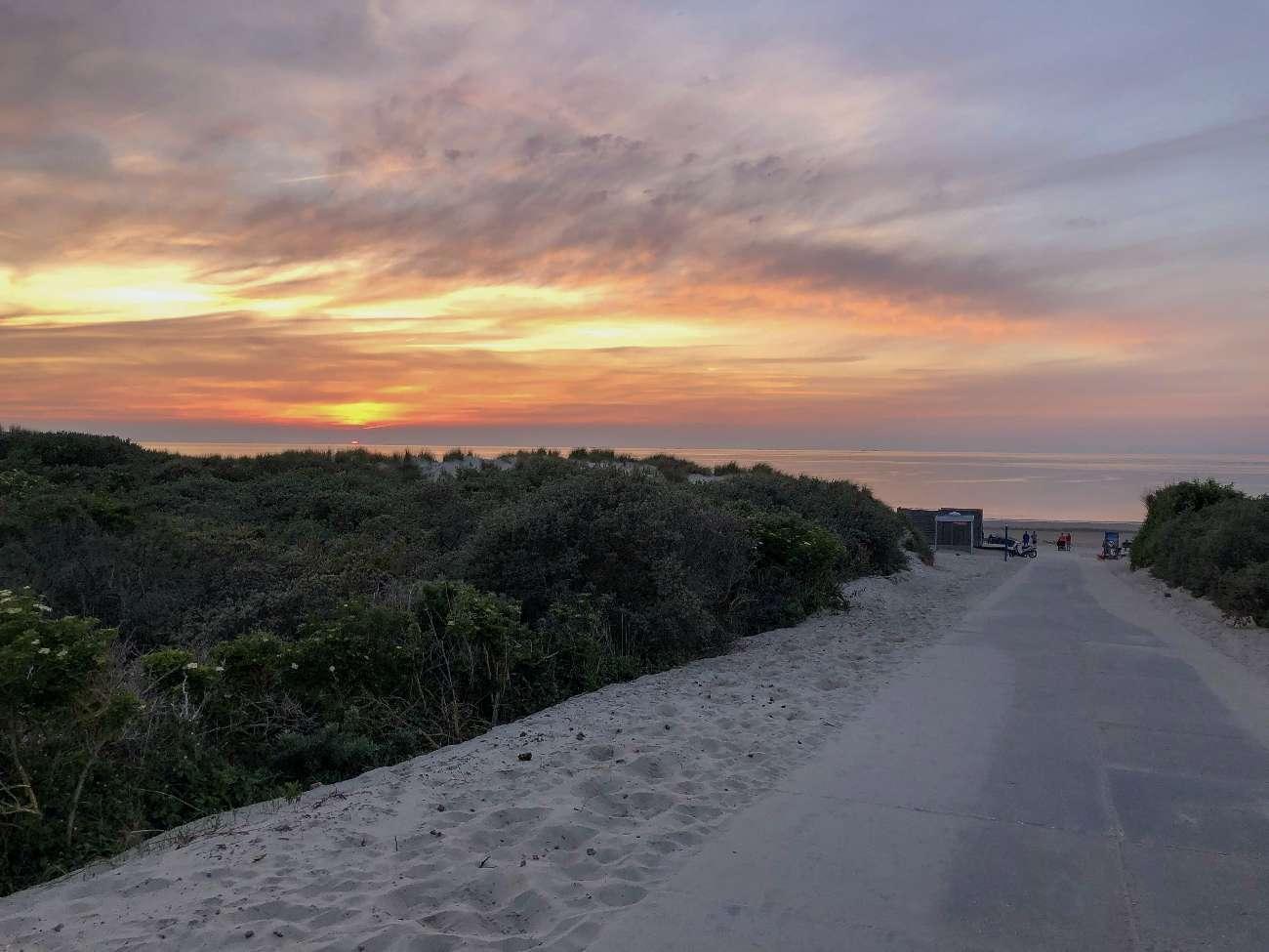 Die Dünen von Renesse beim Sonnenuntergang mit Strandpavillon