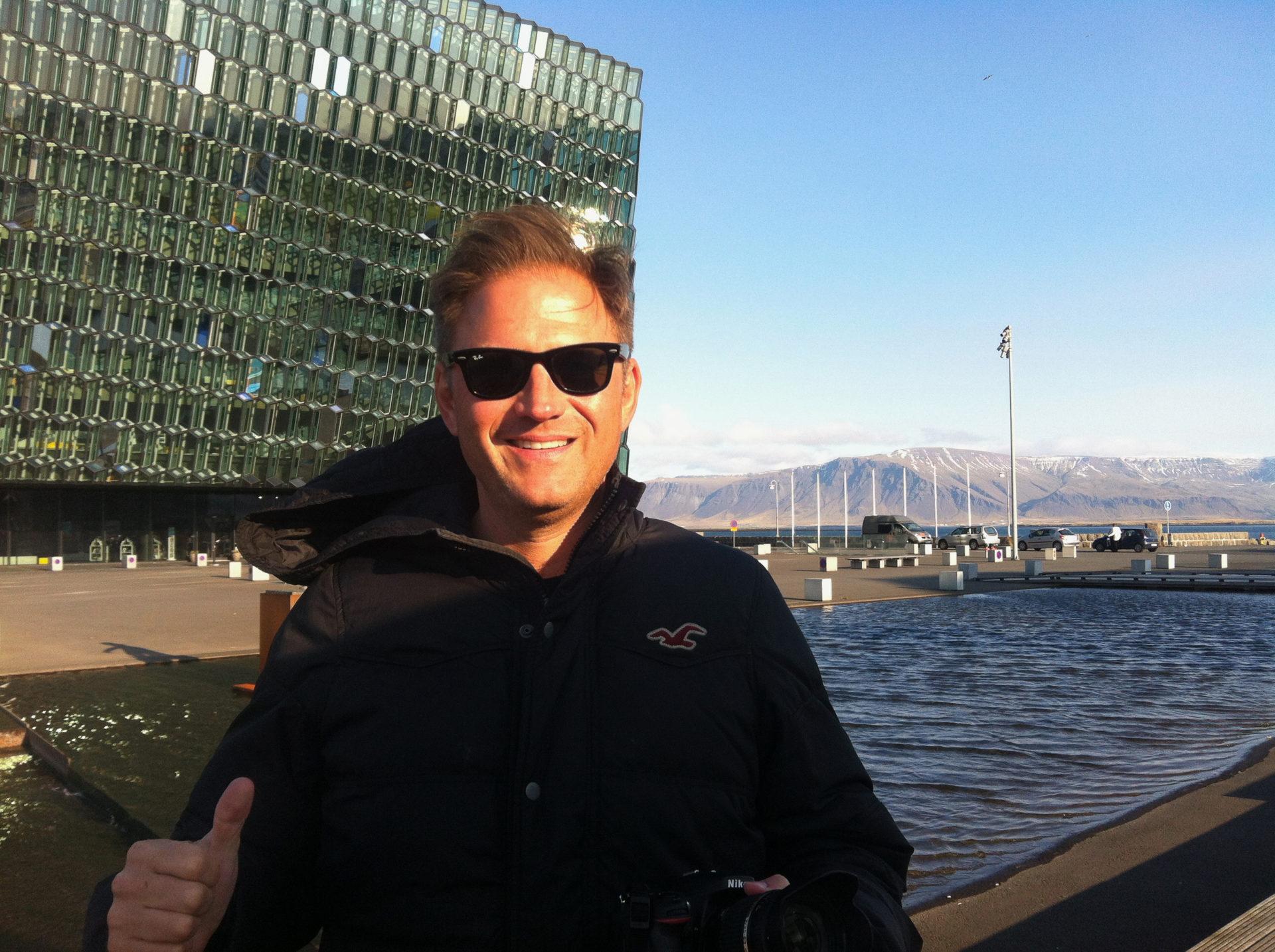 Autor Ralf vor der Oper Harpa in Reykjavik