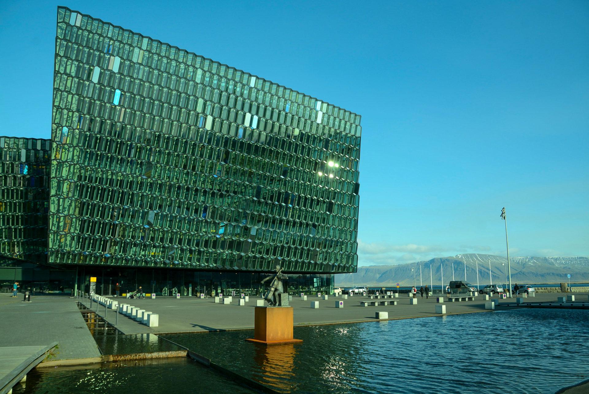 Die Oper Harpa in Reykjavik mit einer Fassade von Olufur Eliasson