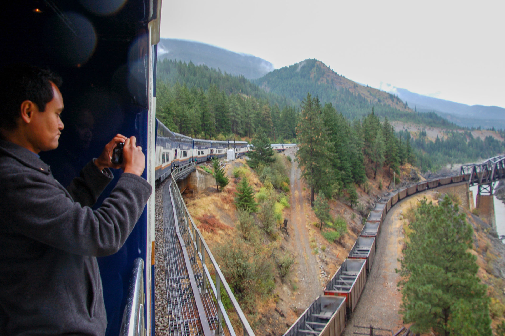 Wer mit dem Rocky Mountaineer durch Kanada fährt, kommt auch an Zugkreuzungen vorbei