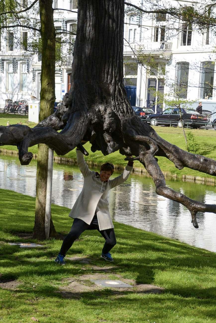 Eine Frau stemmt einen Baum - nach dem Motto: in Rotterdam ist alles möglich.