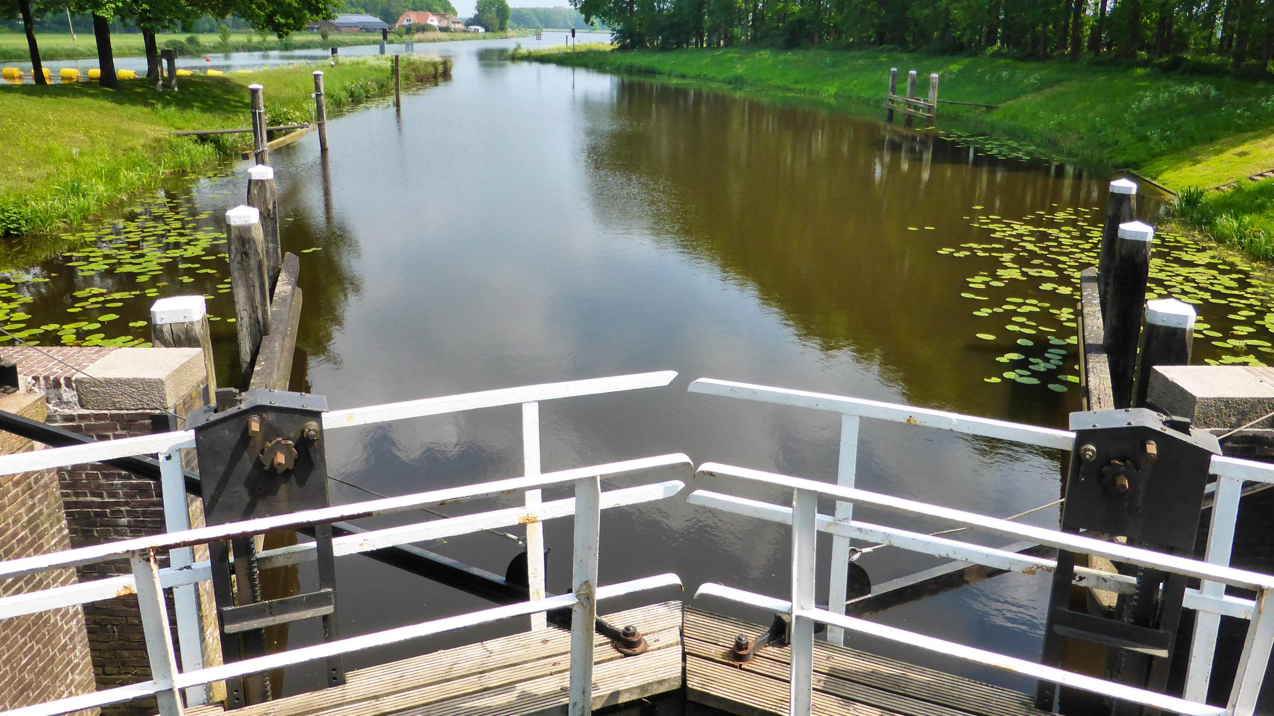 Eine Schleuse gewährt Zufahrt zum Fluss Vechte in Overijssel